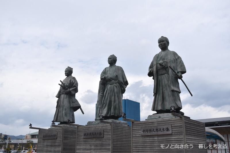 高知駅前の銅像
