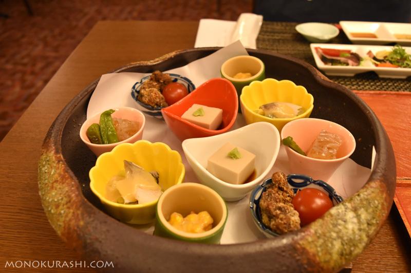 足摺テルメ「夕食は品数少なめ 椿コース」の皿鉢料理