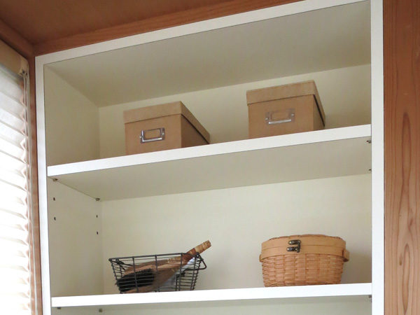 パソコンデスク横の本棚