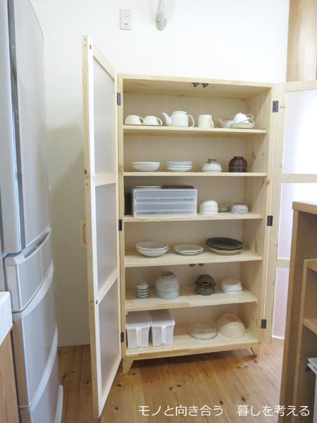 新しい食器棚に食器を置いてみる