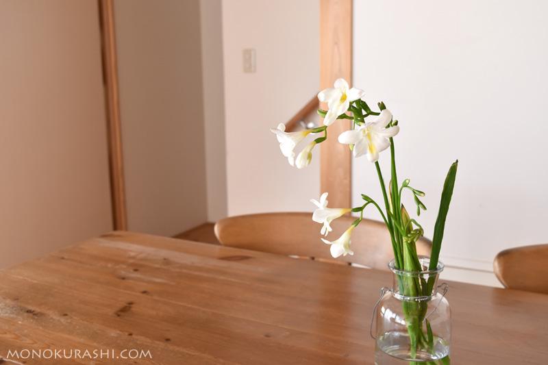 ダイニングルームに花を飾る
