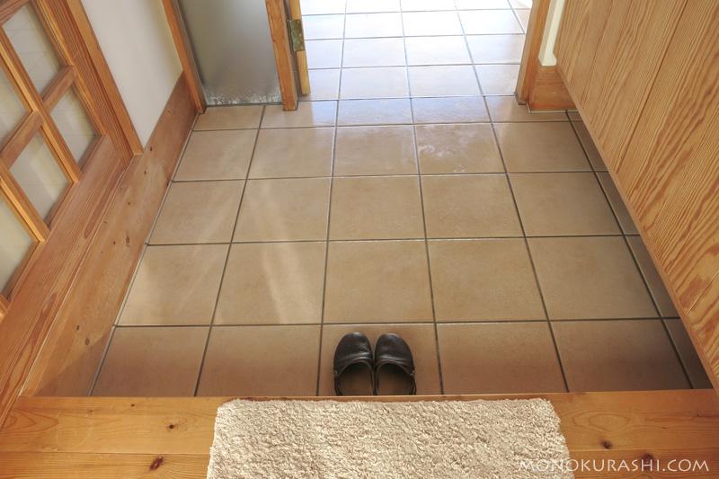 水を流して洗い上げた玄関