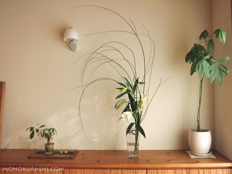 お正月の花を玄関の棚に飾って