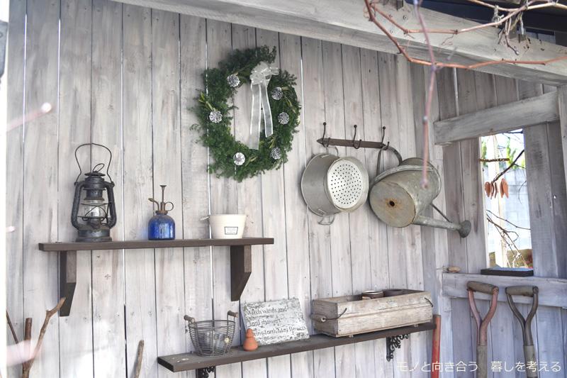 庭の小屋にクリスマスリースを飾る