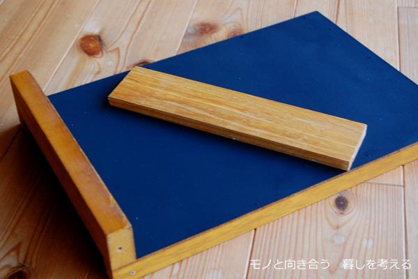 端材に黒板スプレーを塗って、板は長さに合わせてカットする