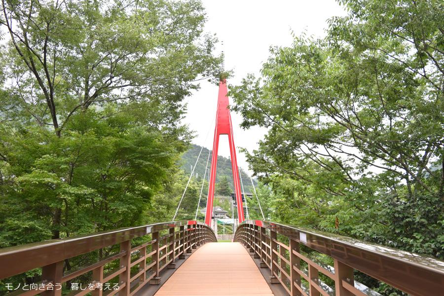 道の駅霧の森。赤い橋を渡る