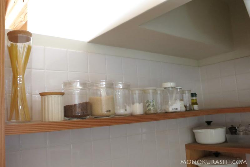 調味料を並べている棚