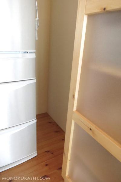 冷蔵庫と食器棚の間の空間