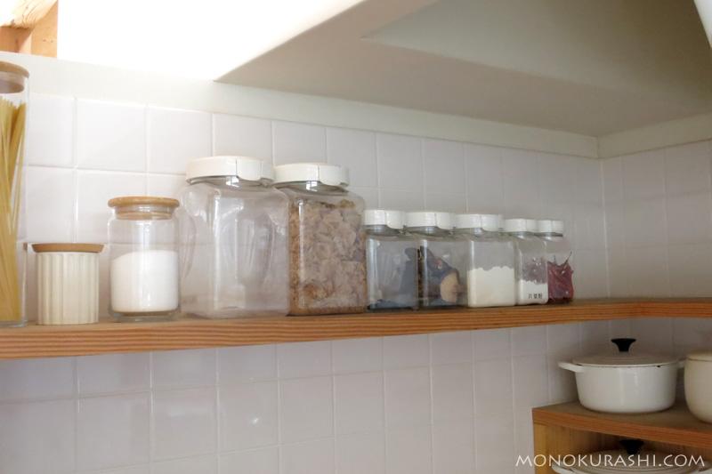 スナップウェアに入れた食品を棚に並べてみる