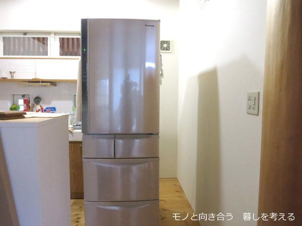 冷蔵庫を動かして掃除をする
