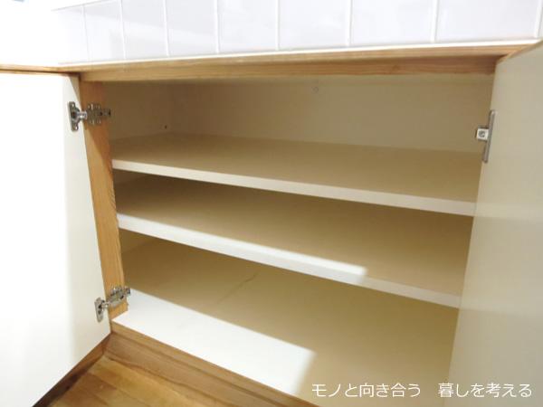 キッチンの棚の中を掃除する