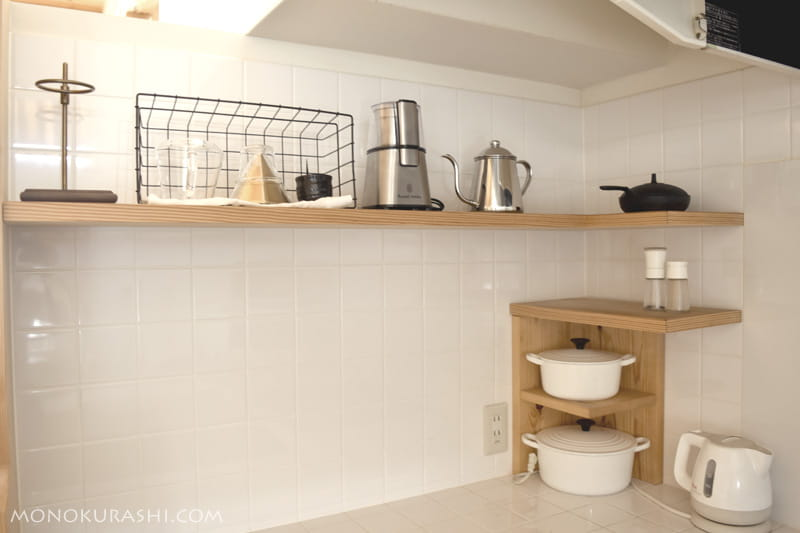 キッチンの棚にコーヒーの道具を並べて
