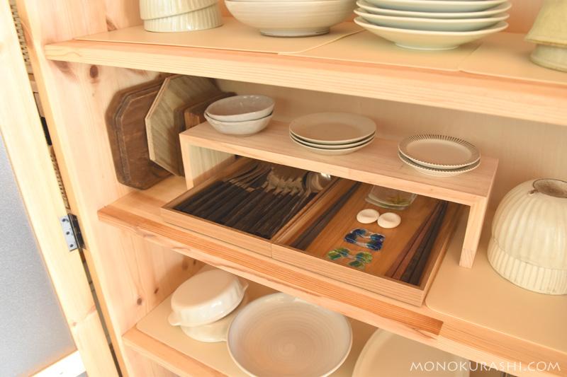 食器棚に棚を足して使いやすくする