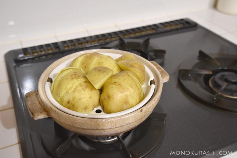 土鍋を使ってジャガイモを蒸す