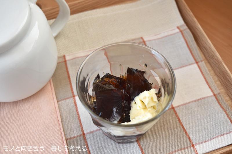麦茶ゼリーにバニラアイスをトッピング