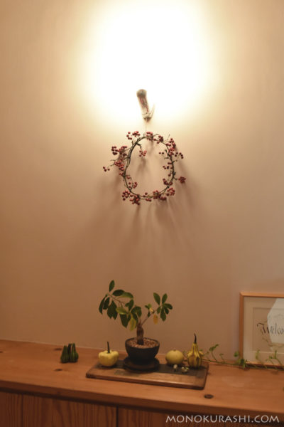 サンキライのクリスマスリースを飾る