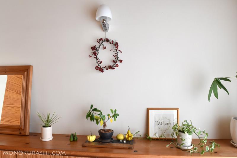 サンキライのリースを玄関に飾る