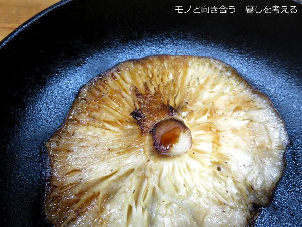 スキレットで椎茸を焼く