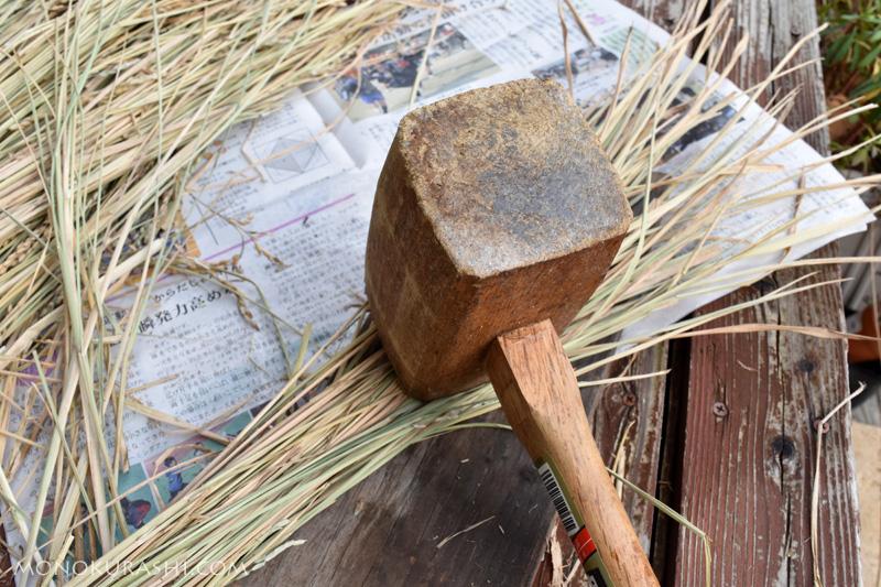 しめ縄の作り方。水を吹いて木づちでたたく