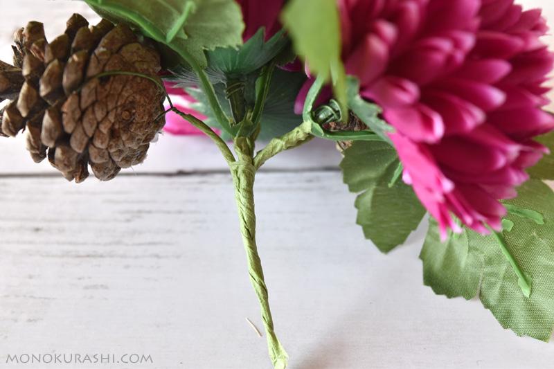造花と松ぼっくりを1つに束ねる