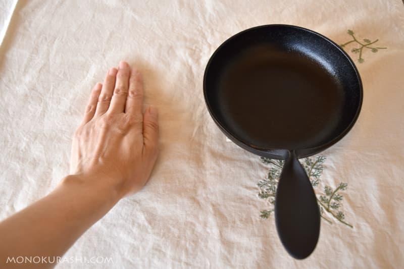 蓋付きミニパンと手を比べる