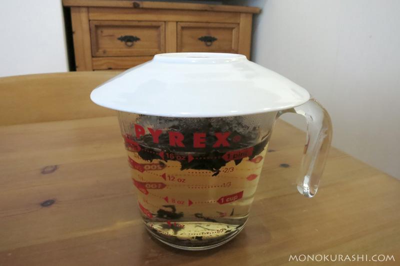 メジャーカップとお皿でお茶を作る