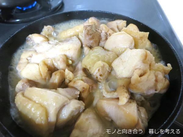 スキレットで鶏肉を焼く