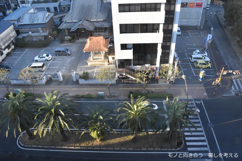 ウェルカムホテル高知の部屋の窓から追手筋を見下ろす